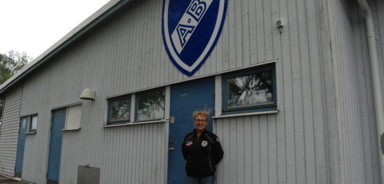 Jolanta Monsert utanför ABIs klubblokal